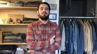 Eric Maggiori, un des rares collectionneurs français de jeans, dont certains ont plus de 100 ans.