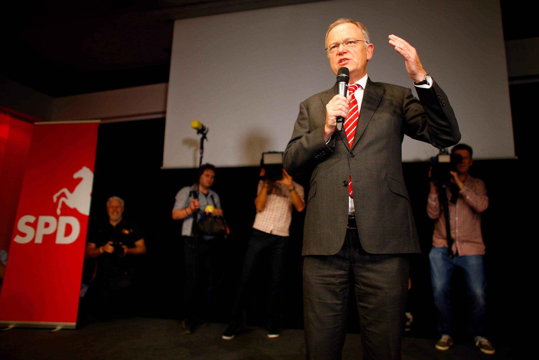 Le patron des sociaux-démocrates de Basse-Saxe Stephan Weil a salué «un succès fulminant» après une «course de remontée», Le SPD arrive en tête de l'élection en Basse-Saxe, avec 37% des suffrages, le 15 octobre 2017.
