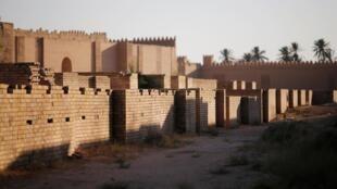 伊拉克 首都以南的巴比伦古城遗址外景。摄于2019年7月5日。巴比伦古城2019年被联合国教科文组织列入世界遗产名录。