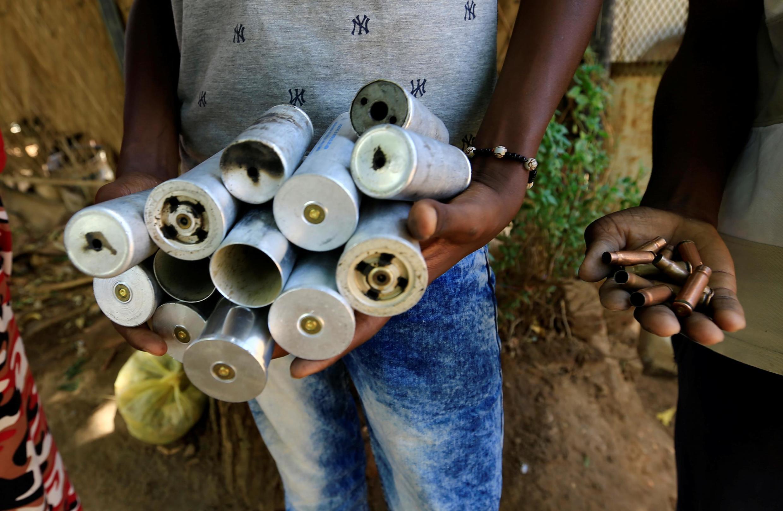 Mmoja kati ya waandamanaji akiokota kasha za risasi zilizofyatuliwa na vikosi vya usalama vya Sudan Julai 10, 2019 wilayani Burri, Khartoum (Picha ya kumbukumbu).