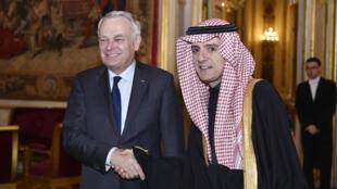 Le ministre français Jean-Marc Ayrault (G) et son homologue saoudien Adel al-Joubeir (D) lors de sa visite à Paris, le 4 mars.