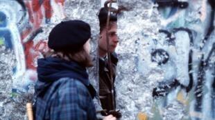 德國東部和西部人在倒塌柏林牆前