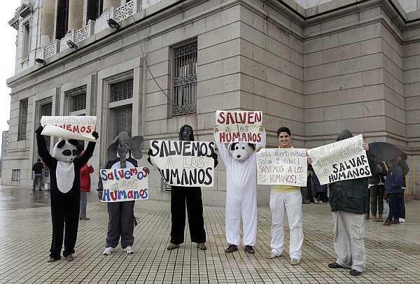 Militantes vestidos de animales protestan contra la despenalización del aborto frente el Senado uruguayo, el 17 de octubre de 2012.