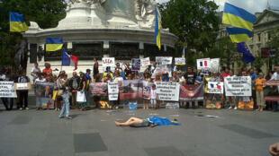 Участники пробега Автомайдана провели акцию в Париже