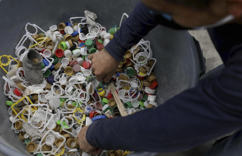 Opération de recyclage de bouchon en plastique à Bogota, le 9 avril 2021.