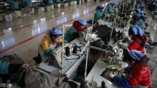 Ouvrières du textile, à  Huaibei dans la provine chinoise de Anhui, le 10 février 2012.