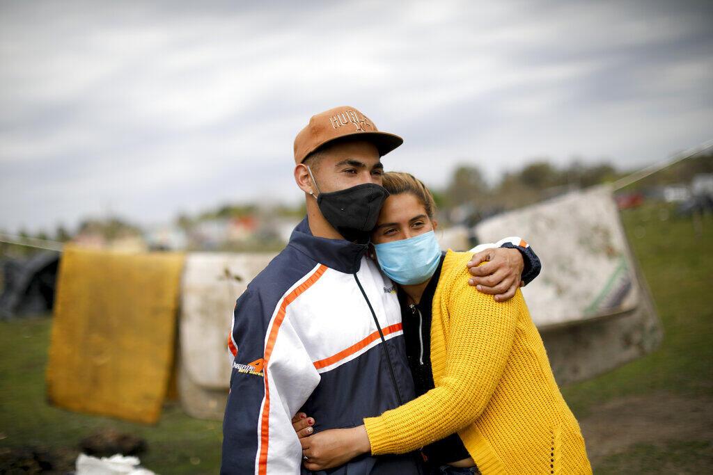 Veronica Martinez e seu parceiro ao lado de uma casa improvisada em um acampamento em Guernica, província de Buenos Aires, Argentina, quinta-feira, 1º de outubro de 2020. Uma corte ordenou o despejo das famílias que estão se acampando aqui desde julho, mas as famílias dizem que não têm para onde ir em meio à pandemia da Covid-19.