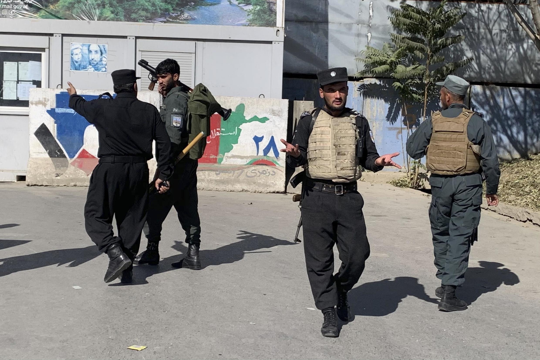 A polícia afegã em frente à Universidade de Caboul, Afeganistão.