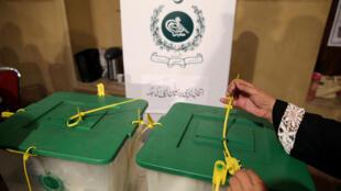 Un oficial paquistaní sella las runas tras las elecciones legislativas en Islamabad el 25 de julio de 2018.