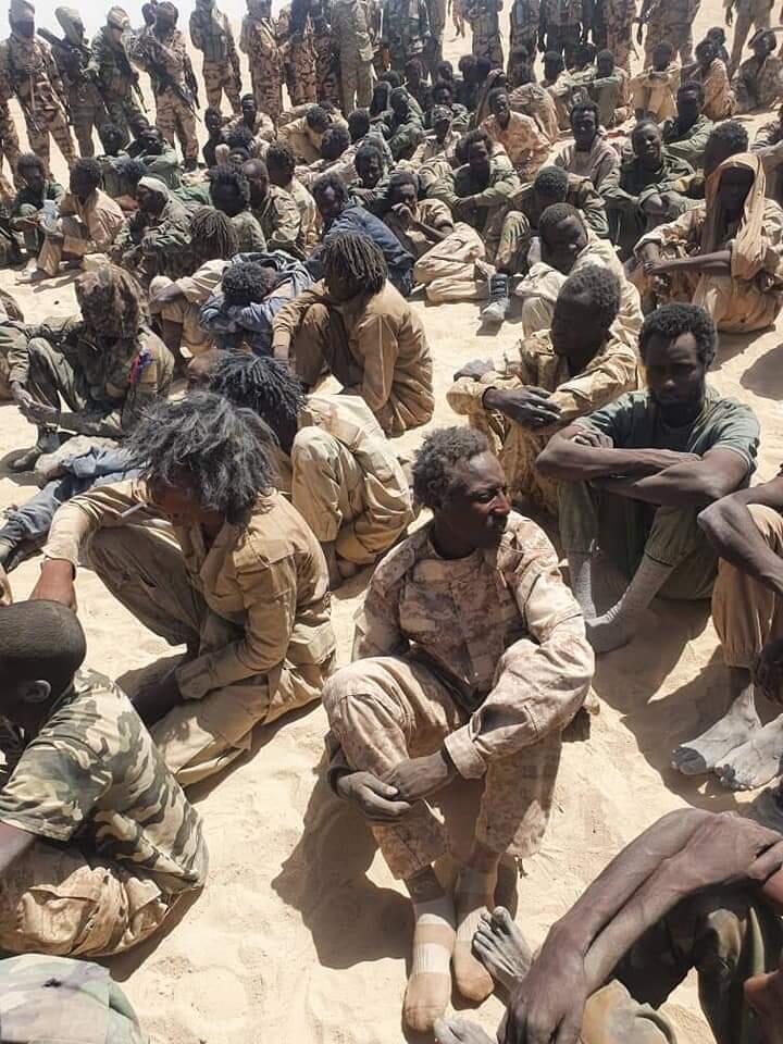 Presuntos soldados rebeldes pertenecientes al FACT capturados tras unos combates con el Ejército chadiano, el 17 de abril de 2021 en Nyze, al oeste de Chad, una imagen divulgada al día siguiente por los militares chadianos