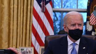 2021年1月20日,美國新總統拜登上任首日在白宮簽署多項政令。
