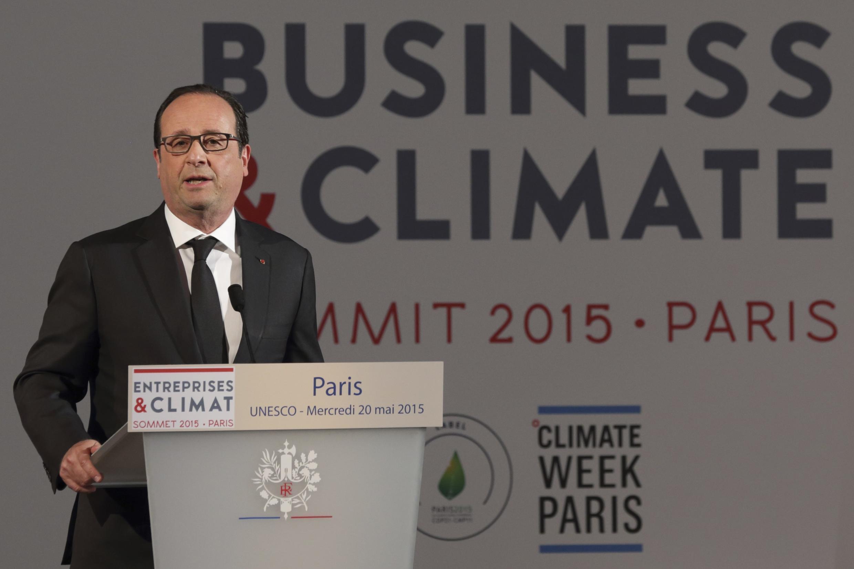 Presidente francês, François Hollande, pediu para empresários ajudarem os países emergentes a se adaptarem aos desafios das mudanças climáticas.