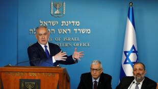 Le Premier ministre israélien Benjamin Netanyahu durant sa conférence de presse sur la question des migrants africains, le 2 avril 2018 à Jérusalem, aux côtés du directeur général de l'Autorité de la Population, et du ministre de l'Intérieur Aryeh Deri.