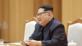 Lãnh đạo Bắc Triều Tiên Kim Jong Un trong buổi tiếp ông Tống Đào (Song Tao), trưởng Ban Đối Ngoại Trung ương đảng Cộng Sản Trung Quốc, Bình Nhưỡng, ngày 15/04/2018