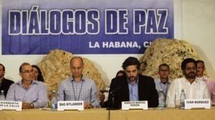 Le chef de la délégation du gouvernement colombien Humberto De la Calle (g) et le négociateur des FARC Iván Marquez (d) lors d'une déclaration commune à La Havane, le 6 novembre 2013.