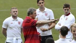 'Yan wasan Ingila tare da mai horar da su Roy Hodgson a lokacin atisaye