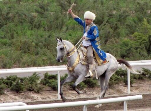 Gourbangouly Berdymoukhamedov sur son cheval.