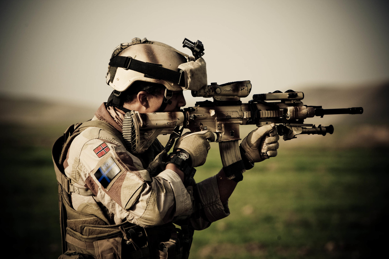 Эти немецкие автоматы состоят на вооружении многих армий мира: на фото -- норвежский солдат в Афганистане с HK-416 N