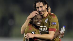 L'international algérien Ishak Belfodil et le défenseur camerounais (g) Collins Fai.