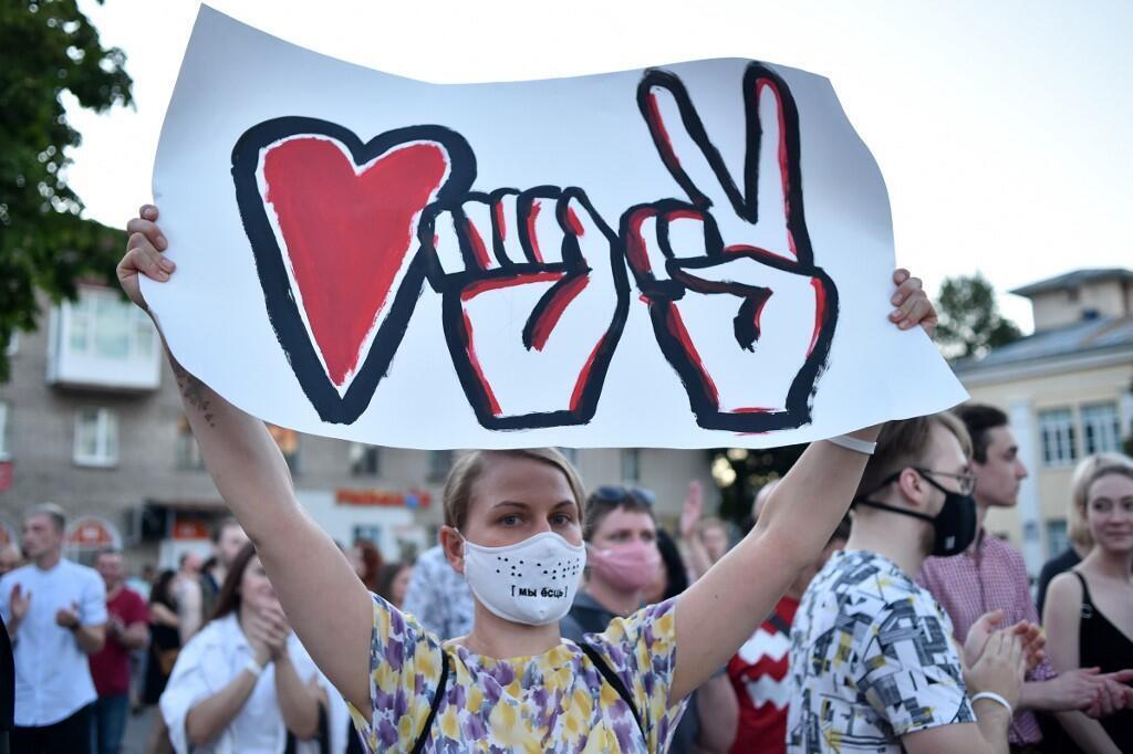 Campagne présidentielle en Biélorussie: les supportrices de Svetlana Tikhanovskaya manifestent le 6 août 2020. Sur cette affiche les symboles des trois femmes candidates (coeur-poing-victoire).
