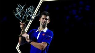 Le Serbe Novak Djokovic, vainqueur de l'édition 2015 du tournoi de Paris-Bercy face au Britannique Andy Murray, le 8 novembre 2015.