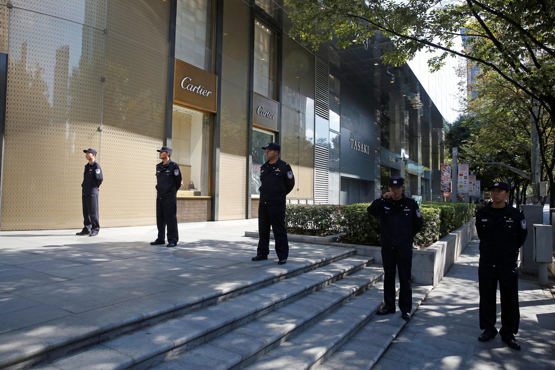 外媒10月31日在一大会址门前、周围抓拍的照片气氛显得很紧张,有点三步一岗五步一哨的样子。