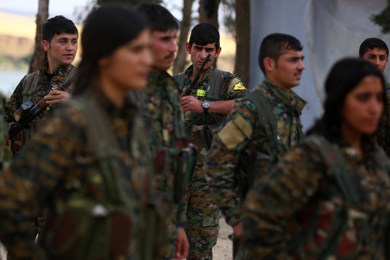 Combattants kurdes des YPG, les Unités de protection du peuple kurde, hommes et femmes mélangés, Derik (Syrie), juin 2017 (photo d'illustration).