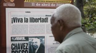 La photo en Une du coup d'Etat de 2002 contre le président vénézuélien Hugo Chavez. Photo le 11 avril 2012 sur la place Bolivar à Caracas.