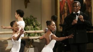 Arthur Mitchell présentant les danseurs du Dance Theatre of Harlem à la Maison Blanche, le 6 février 2006.