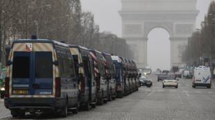 Xe hiến binh Pháp túc trực tại đại lộ Champs-Elysees sẵn sàng đối phó với bạo động, đập pháp, Paris, 23/03/2019.