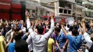 De nombreux manifestants ont défilé vendredi 20 mai 2011 les bras en l'air, pour signifier qu'ils n'étaient pas armés.