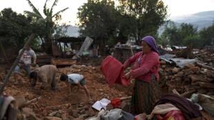 Les villageois essaient de sauver ce qu'ils peuvent des débris de leur maison, quatre jours après le séisme. Paslang, le 28 avril 2015.