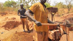 Ces jeunes Burkinabè sont des «broyeurs» : ils versent la roche dans une machine qui va la concasser pour extraire l'or.