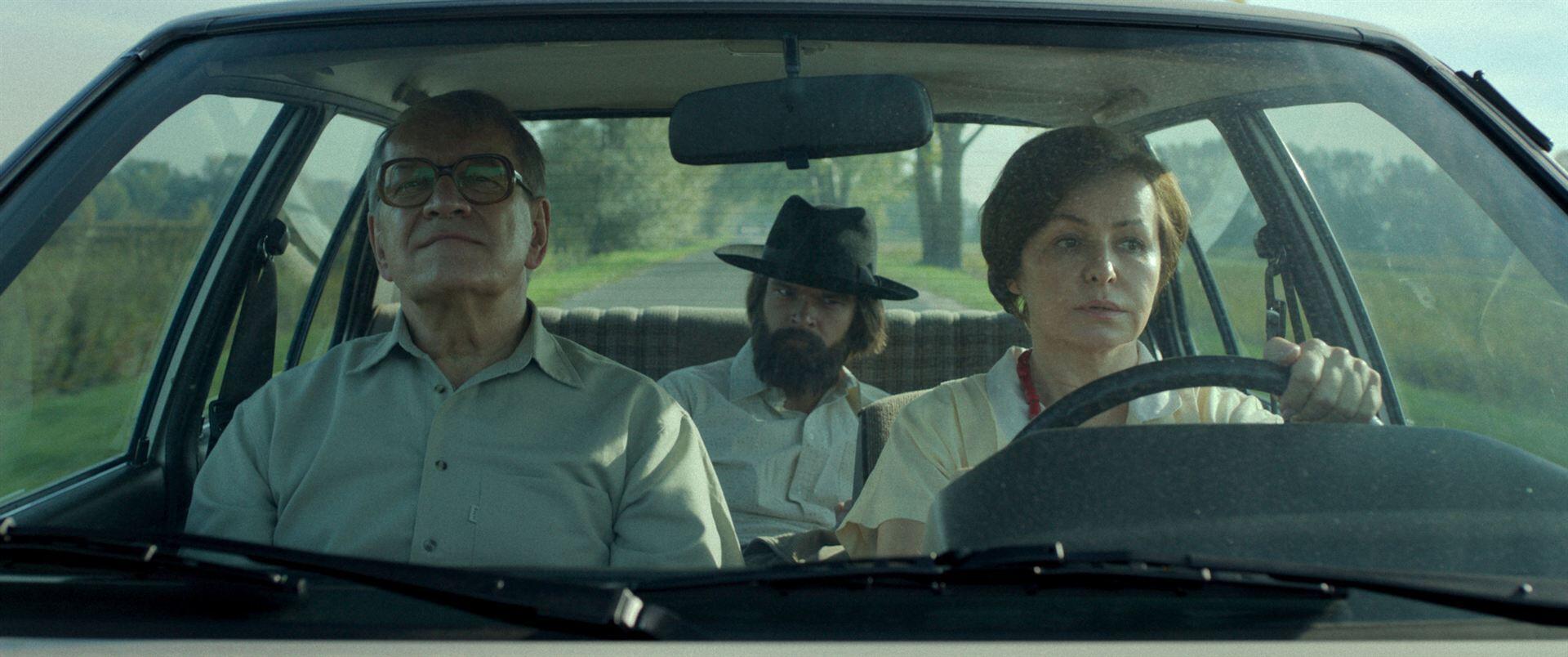 Andrzej Seweryn (à. g.), Dawid Ogrodnik et Aleksandra Konieczna dans « The Last Family », de Jan P. Matuszynski.