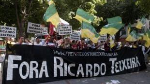 Manifestantes protestaram neste sábado, no Rio, contra o presidente da CBF, Ricardo Teixeira.