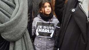 Une fillette arbore un «Je suis Charlie» lors du rassemblement du 11 janvier 2015 à Paris.