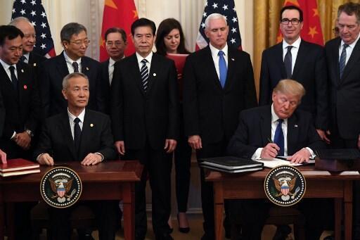 中美第一階段貿易協議簽字儀式 2020年1月15日周三 於華盛頓 Le vice-Premier ministre chinois, Liu He et le président américain Donald Trump signent la première phase de l'accord commercial entre les États-Unis et la Chine. Mercredi 15.01.2020