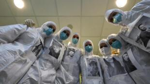 Médicos e enfermeiros no hospital Santo Stefano, em Prato, Itália.