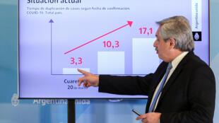 O presidente Alberto Fernández explica a evolução da pandemia na Argentina, em 26 de abril de 2020.