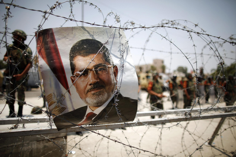 Un portrait du président déchu Mohamed Morsi sur des barbelés, près du quartier général de la Garde républicaine au Caire, le 6 juillet 2013.