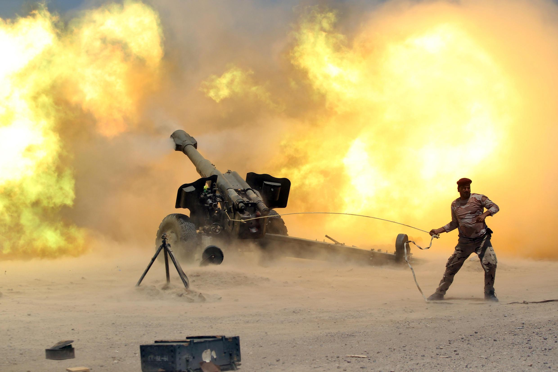 Pháo binh Irak tấn công vào Falloujah ngày 30/05/2016.