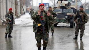 سربازان افغان در ورودی دانشکدۀ نظامی مارشال فهیم در کابل