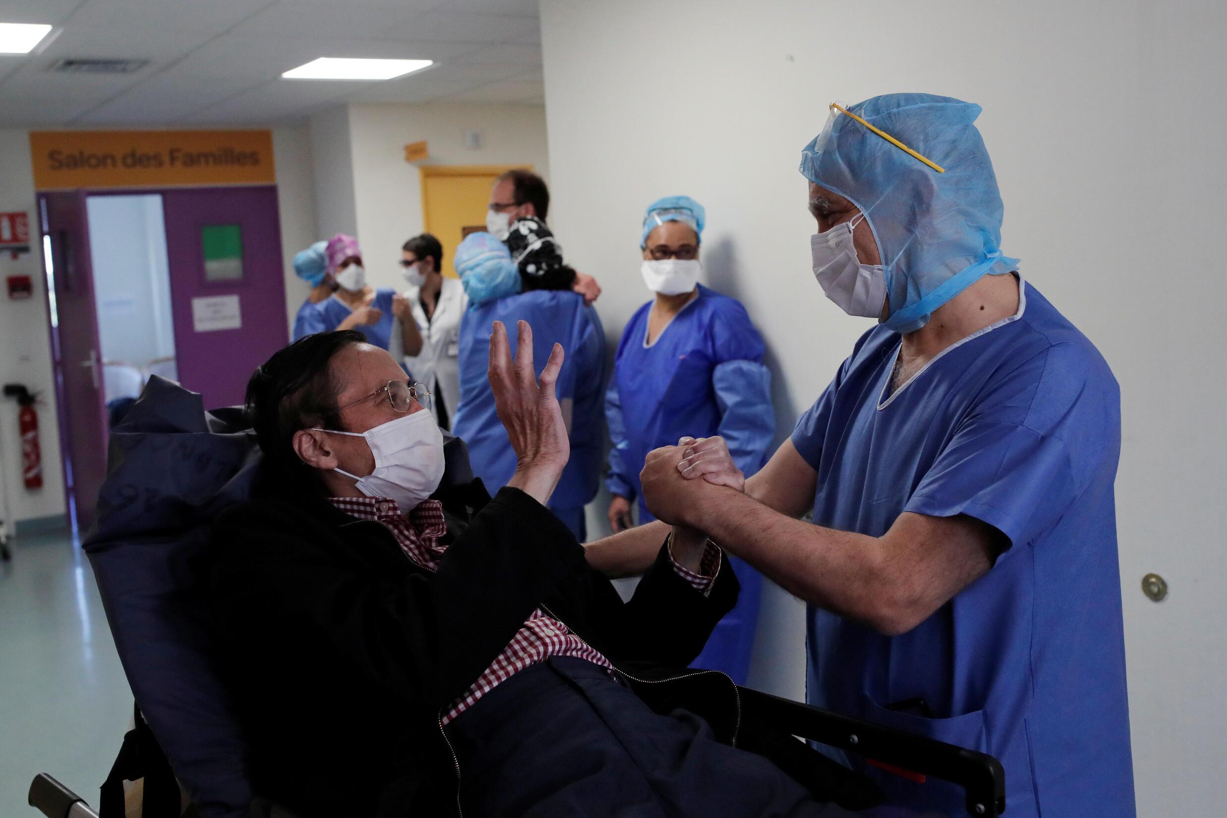 Các bác sĩ, y tá chúc mừng một bệnh nhân vừa hồi phục sau 16 ngày nằm hồi sức tích cực, tại một bệnh viện ở ngoại ô Paris, ngày 23/04/2020.