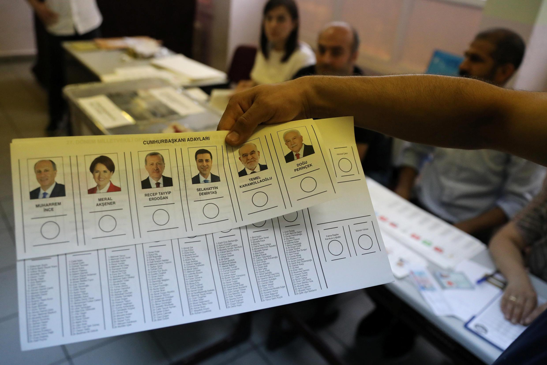 Boletim de voto dos candidatos às presidenciais na Turquia que elege igualmente este domingo novo Parlamento