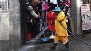 À La Paz, les agents municipaux désinfectent les rues en attendant la réouverture des frontières et le retour des touristes, le 20 août 2020.