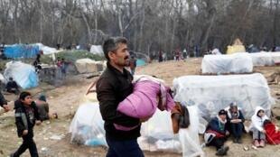 Le camp improvisé au poste-frontière turco-grec de Pazarkule près d'Edirne, le 5 mars 2020.