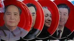 天安门一家商店出售的中共领袖纪念像依次为毛泽东、周恩来、邓小平、习近平。