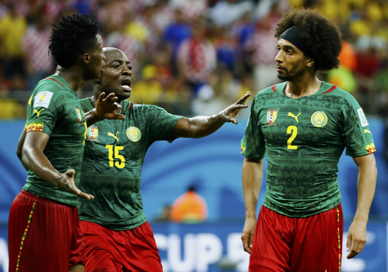 'Yan wasan Kamaru Benjamin Moukandjo da Benoit Assou- Ekotto suna fada da juna