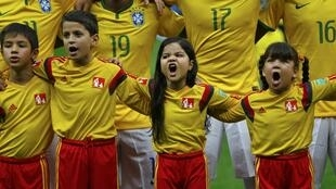 Durant les hymnes, les enfants brésiliens donnent de la voix pour pousser leur équipe.