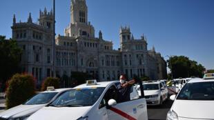 Una manifestación de taxistas el 30 de junio de 2020 en Madrid para solicitar al ayuntamiento una limitación de vehículos en respuesta a la caída de la demanda por la pandemia de nuevo coronavirus